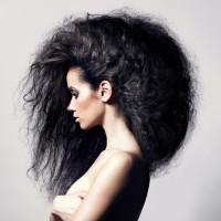 burza czarnych włosów