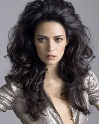 czarne długie kręcone włosy