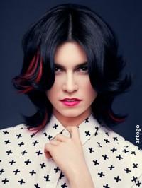 czarne włosy z czerwonymi pasemkami