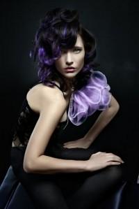 czarne włosy z fioletowym pasemkiem