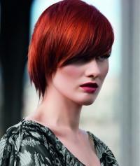 czerwone półdługie włosy z grzywką na bok