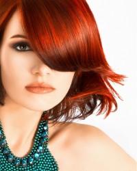 czerwono rude półdługie włosy
