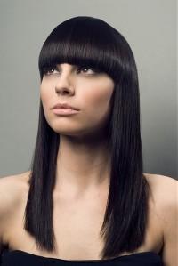 długie czarne i proste włosy
