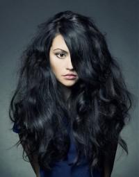 długie puszyste czarne włosy