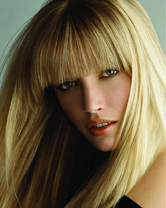Długie Złociste Blond Włosy Z Prostą Grzywką Fryzury