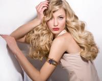 długie blond włosy falowane