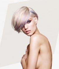blond z fioletowymi pasemkami