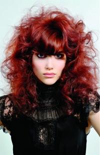 kręcone czerwone włosy z grzywką