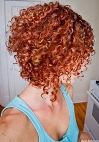 mocno kręcone rude włosy