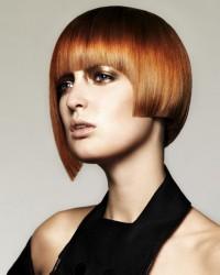 rude półdługie włosy geometrycznie ścięte