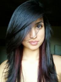 włosy czarne z pasemkami bordo