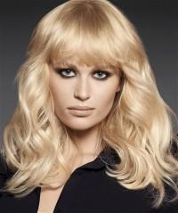 perłowy blond, fryzura z grzywką