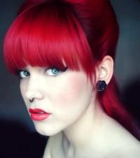 czerwone włosy fryzura z grzywką