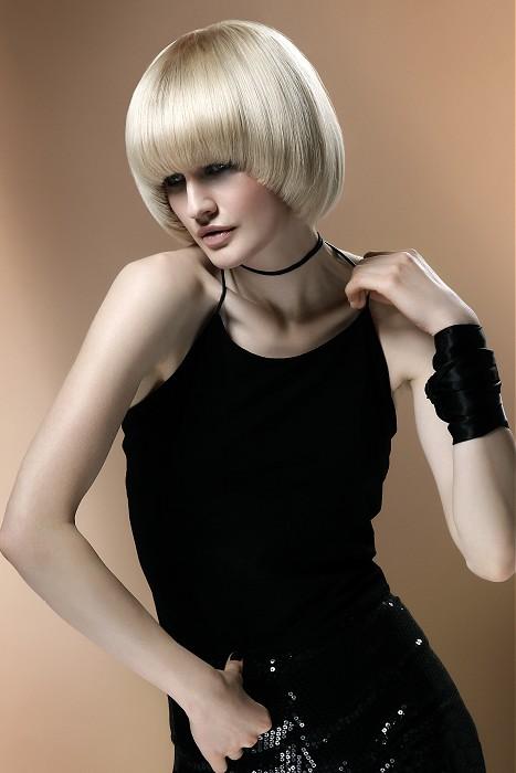 włosy na gładko, blond kolor, fryzura z grzywką