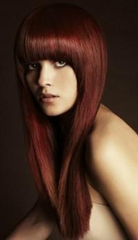 mahoniowy brąz, fryzura z grzywką