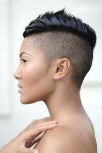mocno wygolony bok, krótkie włosy