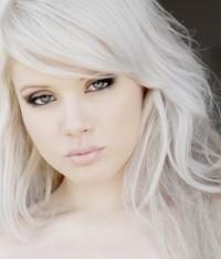 długie bardzo jasne blond włosy, skandynawski blond