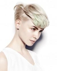 zielone pasemka, blond fryzura