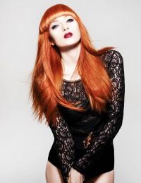 rude długie włosy , fryzura z grzywką