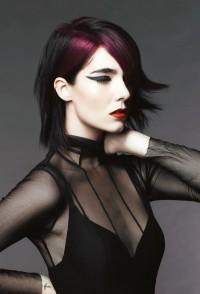 czarne włosy z fioletowym pasmem