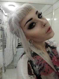 skandynawski blond, fryzura z grzywką