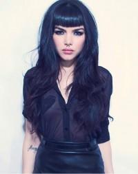 czarne włosy z grzywką