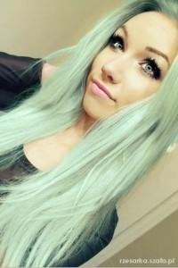 włosy w kolorze mięty