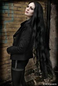 bardzo długie czarne włosy