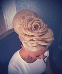 kwiat z włosów, romantyczne uczesanie