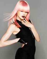 różowy blond, długie włosy, prosta grzywka