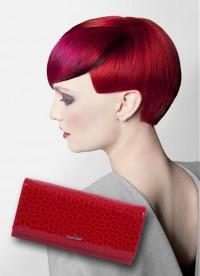 czerwony portfel pasujący do włosów