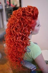 długie kręcone czerwone włosy