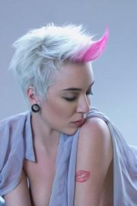 krótka blond fryzura z różowym akcentem