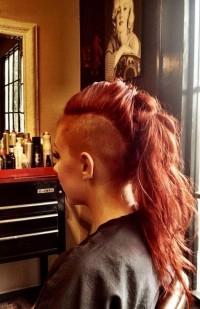 długie włosy z wygolonym bokiem