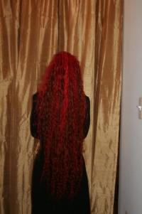 bardzo długie czerwone włosy