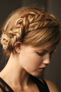 romantyczna fryzura z warkoczem