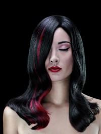 czarne włosy z czerwonym akcentem