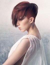 fryzura z wygolonym bokiem
