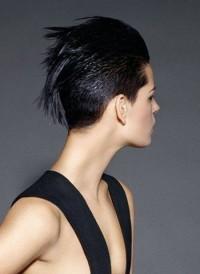 krótkie czarne włosy