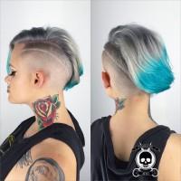 niebieskie włosy wygolony bok