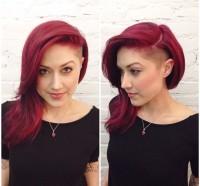 długie czerwone włosy z wygolonym bokiem