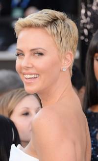 krótkie włosy Charlize Theron