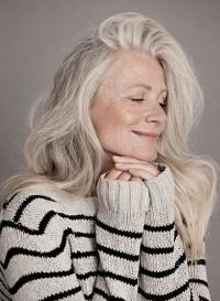piękne dojrzałe siwe włosy