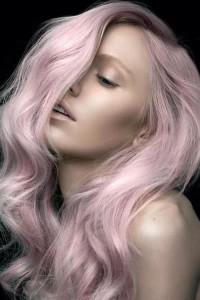 Truskawkowy blond na długich włosach
