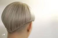 fryzura scięta z tyłu w trójkąt