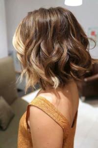 włosy do ramion kręcone