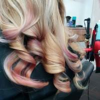 różowe pasemka na blondzie