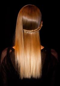 gładkie włosy z warkoczem