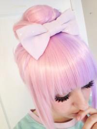 Pudrowy róż, różowe włosy, prosta grzywka, wysoki kok