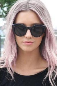 fryzury: pudrowy róż na długich włosach